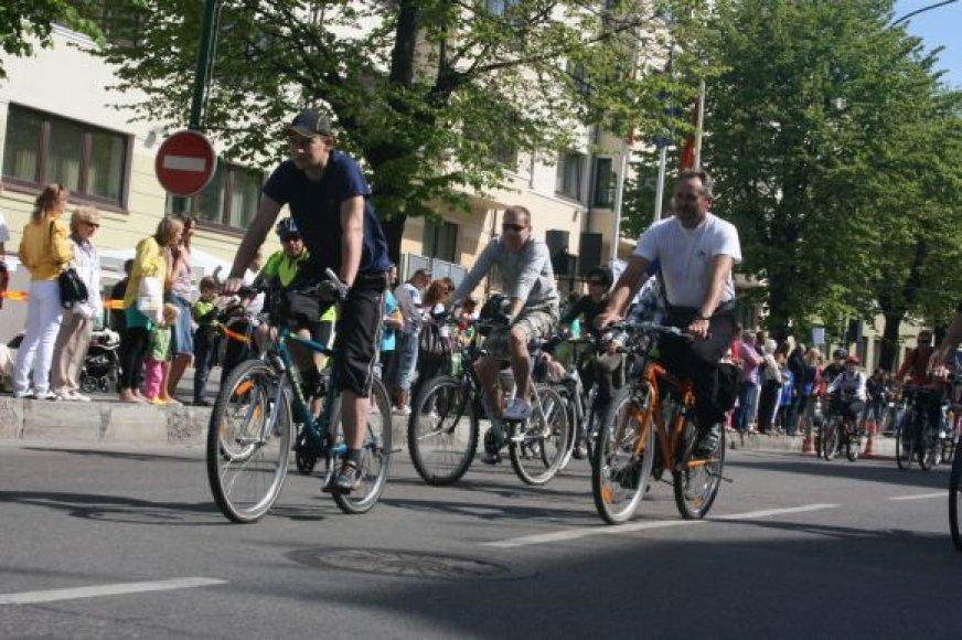 Pervažiuoti per miestą dviračiu įmanoma, bet tam kartais reikia  ir akrobatinių sugebėjimų tose vietose, kur nėra nuvažiavimų ar dviračių takas pasibaigia stačiais laiptais.