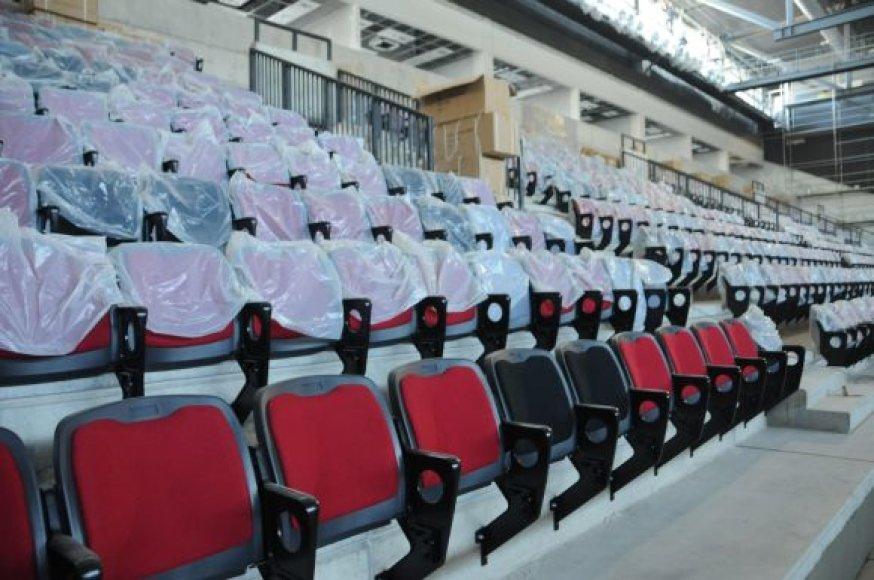 Klaipėdos arenos architekto sprendimu stacionarios, atverčiamos kėdės pasirinktos trijų spalvų: juodos, pilkos ir raudonos.