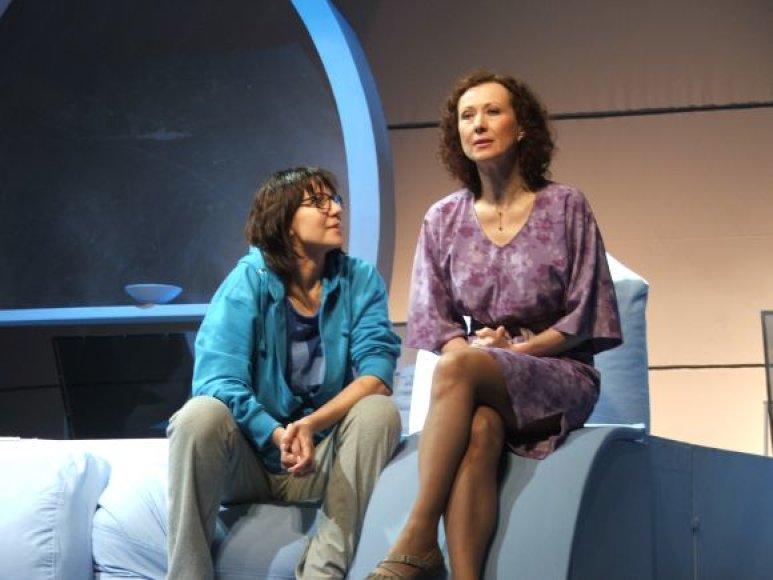 """Pagrindinius spektaklio """"Saugokite Florą faidmenis atliks Nelė Savičenko ir Regina Šaltenytė."""