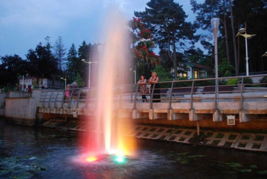 Palangos lankytojus džiugina plaukiojantys fontanai.