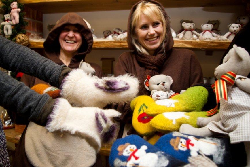 Kalėdinių suvenyrų prekyba Kauno senamiestyje