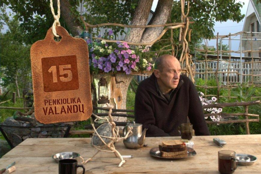 Valentinas Masalskis nuo 2000-ųjų gyvena Vievyje. Ant stalo – jo paties padaryta skulptūrėlė iš akmens ir ąžuolo.