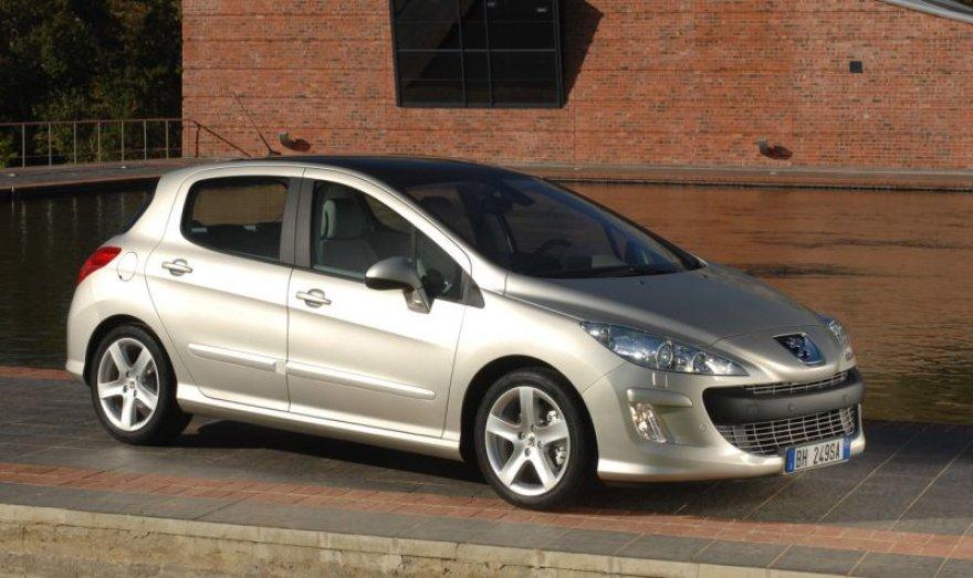 Naujų automobilių Lietuvoje pernai parduota net 67 % mažiau