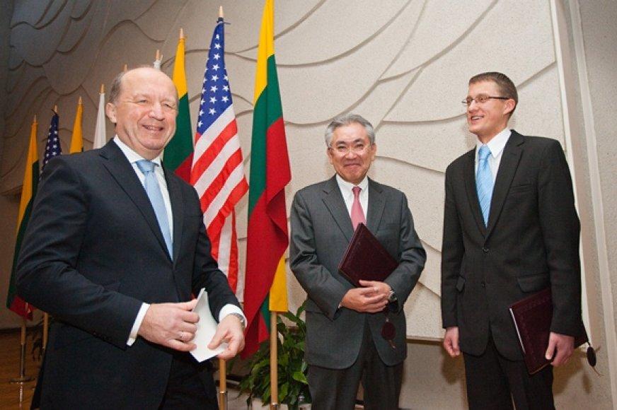 """Andrius Kubilius (kairėje), """"Hitachi"""" viceprezidentas Masaharu Hanyu (centre) ir Žygimantas Vaičiūnas"""
