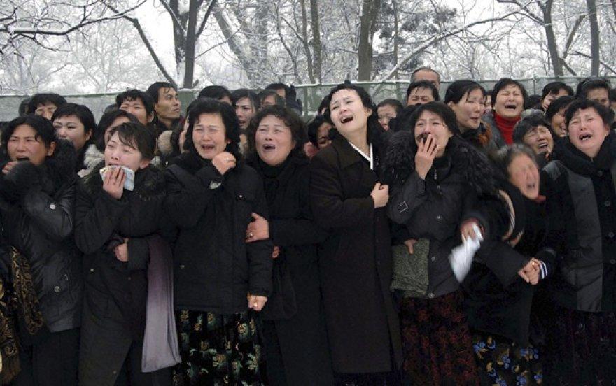Į laidotuves susirinkę žmonės gedi Šiaurės Korėjos lyderio Kim Jong Ilo.