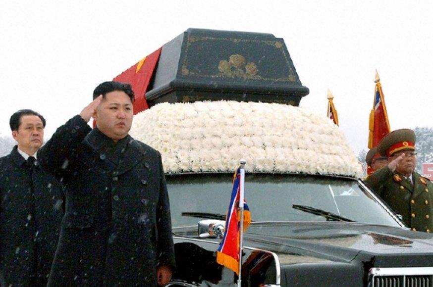 Kim Jong-Unas (antras iš kairės)
