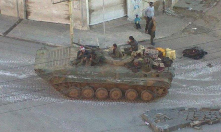 Miesto gatvėse patruliuoja Sirijos armijos tankas.