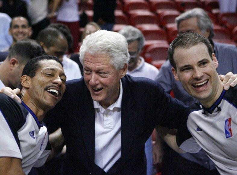 Billas Clintonas su rungtynių teisėjais