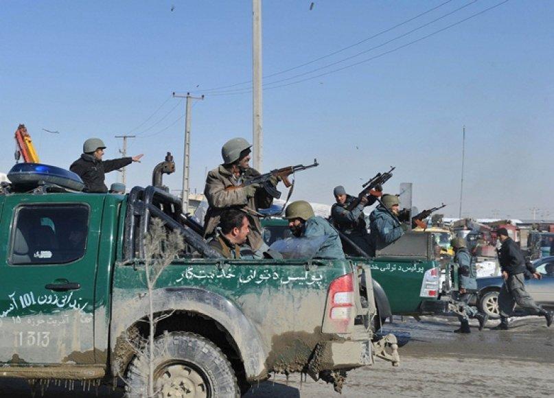 Afganistano policininkai vaikydami protestuotojus šaudė į orą.