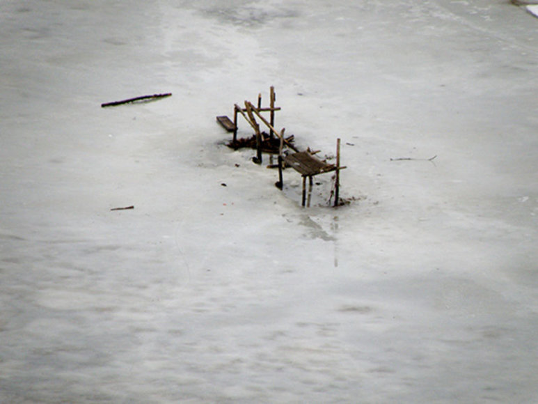 Žvejų suolelis ant Neris ledo
