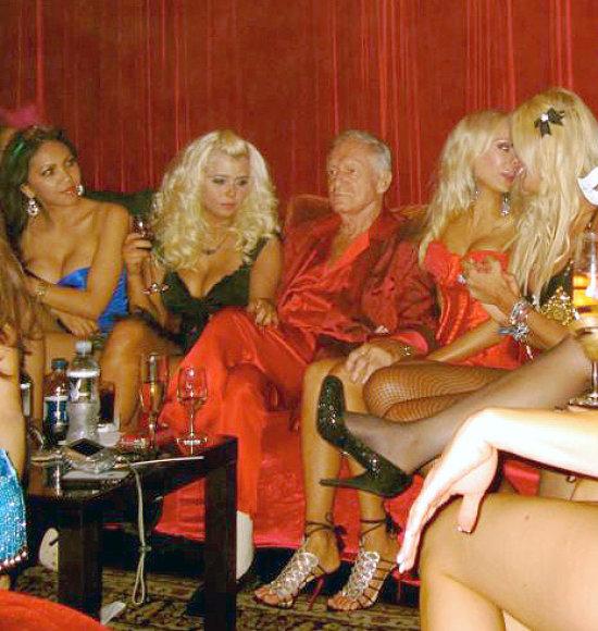 Hugh Hefneris žavių merginų apsuptyje