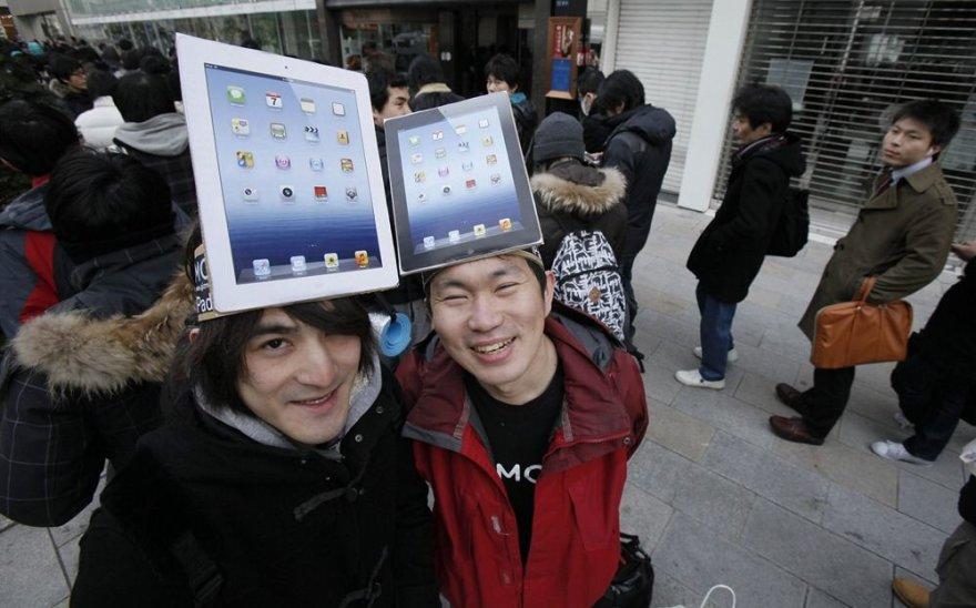 """Klientai prie """"Apple"""" parduotuvės Tokijuje"""