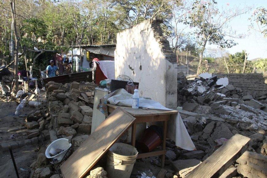 Per žemės drebėjima sugriuvęs namas