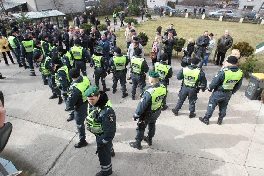 Policija prie Kedžių namo