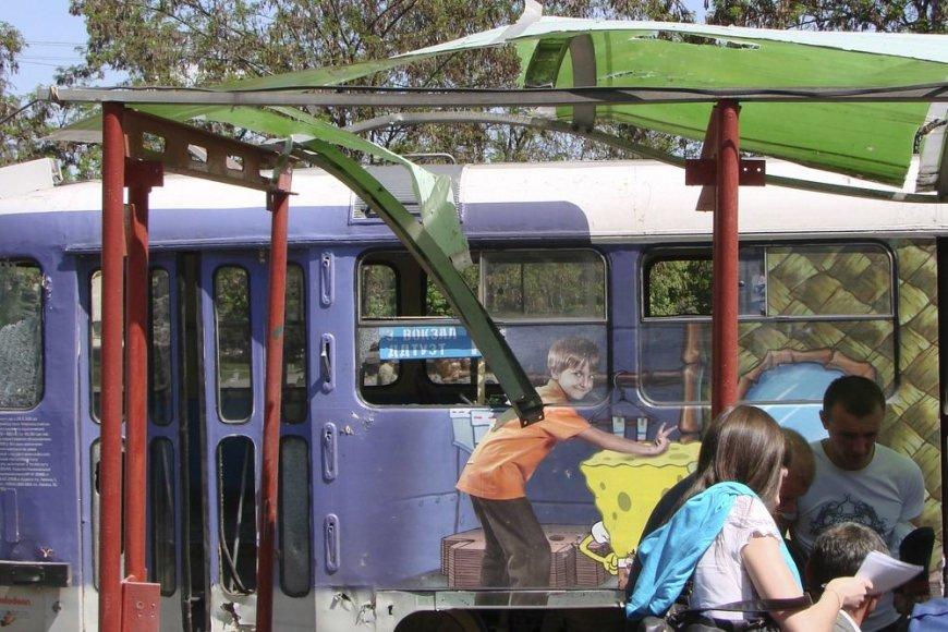 Sprogimo apgadinta stotelė ir tramvajus