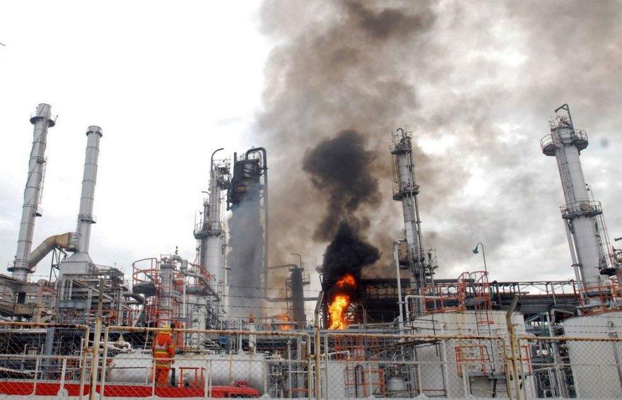 Gaisras naftos perdirbimo gamykloje