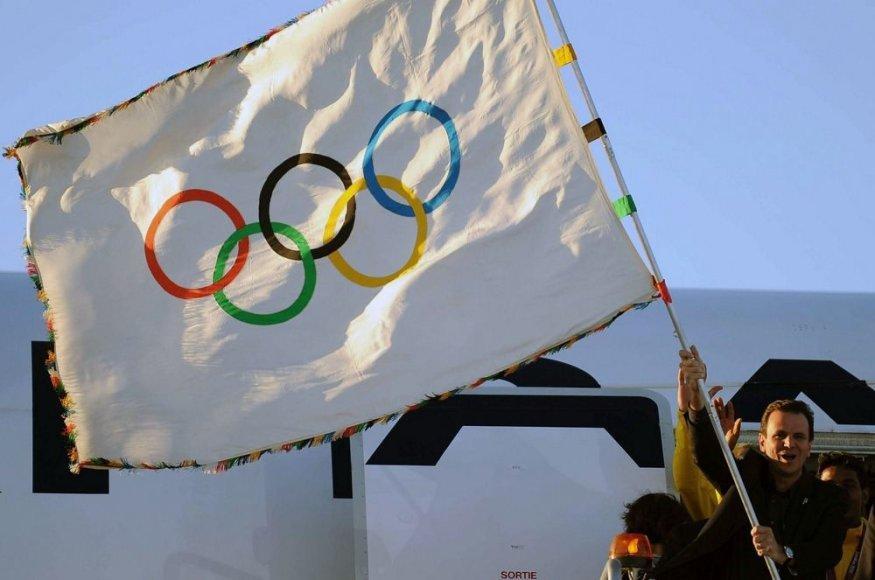 Rio de Žaneiro meras Eduardo Paesas mojuoja olimpine vėliava