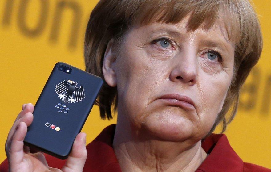 "Angela Merkel su ""BlackBerry Z10"" mobiliuoju telefonu (2013 m.)"