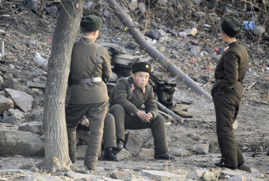 Š.Korėjos kariai prie P.Korėjos sienos
