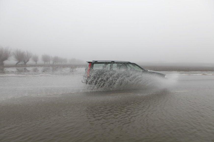 Automobilis važiuoja apsemtu keliu
