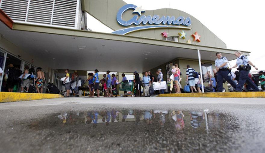 Gyventojai ir turistai laukia eilėje prie įėjimo į evakuacijos centrą