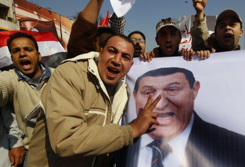 Protestuotojai neša prezidento Hosni Mubarako plakatą