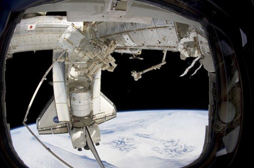 """""""Discovery"""" erdvėlaivis prie tarptautinės kosmos soties"""