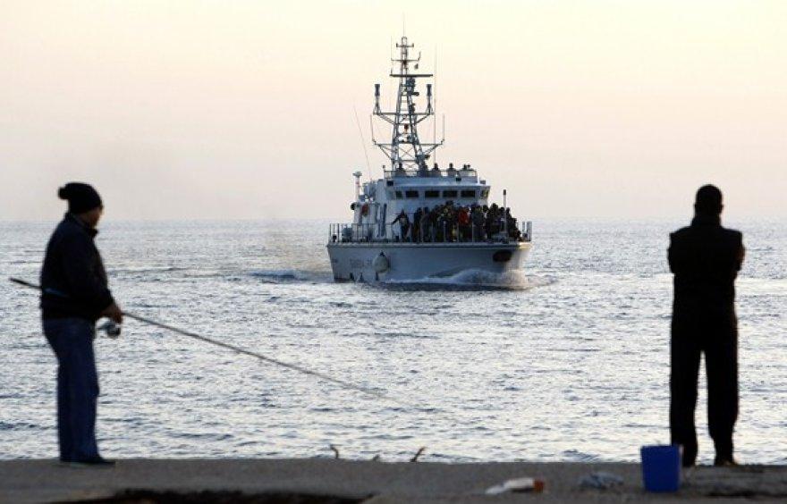 Su migrantais atplaukiantis laivas