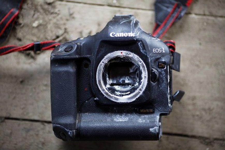 Tarp nuolaužų rastas sulūžęs fotoapartas.