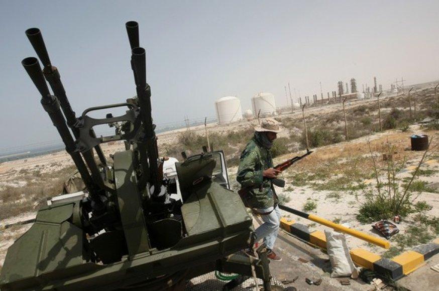 Libijos sukilėliai saugo naftos perdirbimo gamykla Bregos mieste.