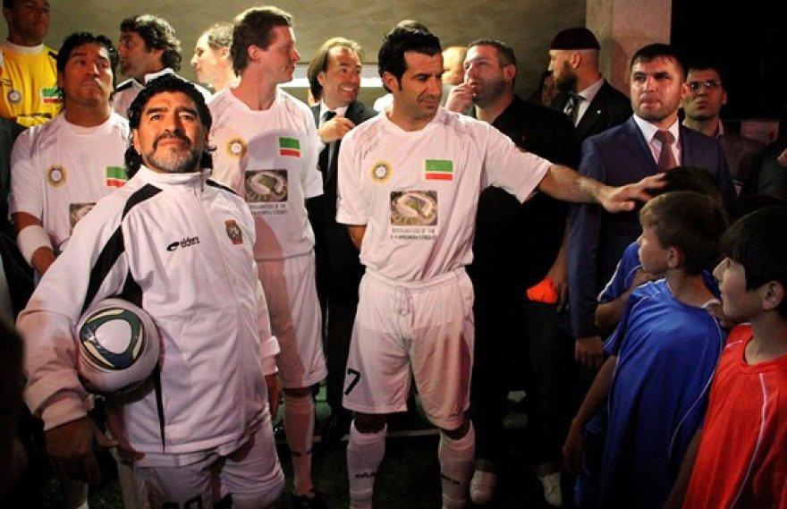 Diego Maradona (su kamuoliu) ir Luisas Figo (7 numeris) prieš rungtynes