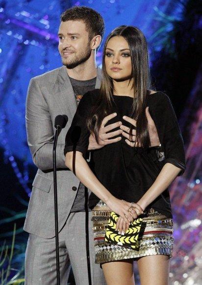 Justinas Timberlake'o rankos ant Milos Kunis krūtinės