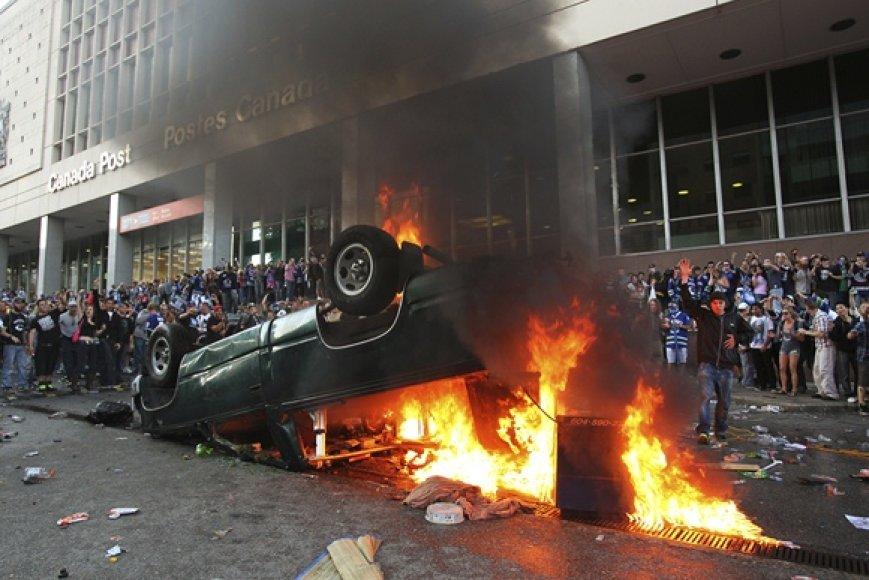 """Vankuverio """"Canucks"""" sirgalių apverstas ir padegtas automobilis"""