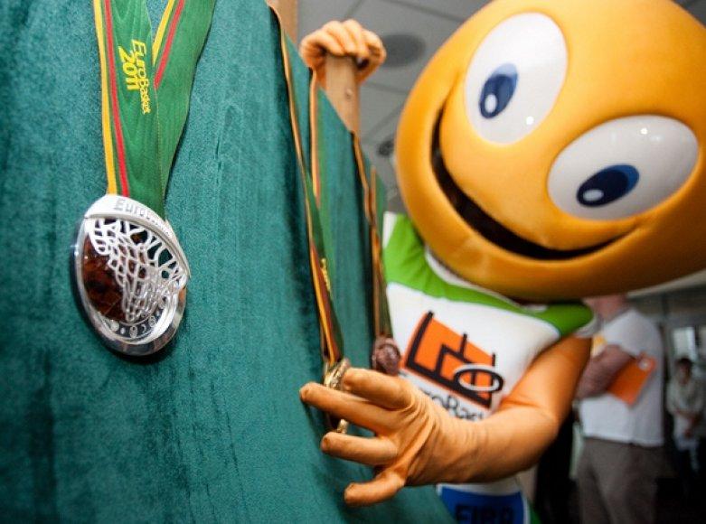 """""""Eurobasket 2011"""" talismanas Amberis prie prizininkų medalių"""