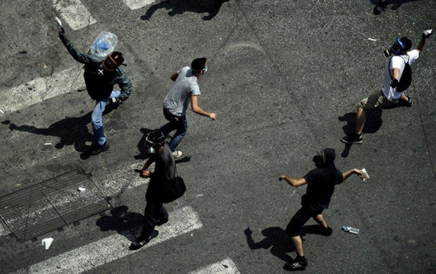 Akmenis svaidantys protestuotojai