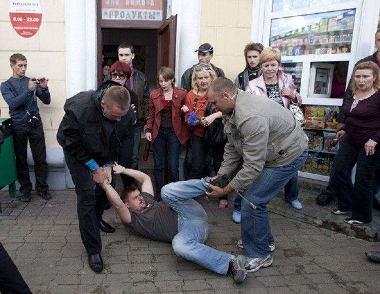 Civilių drabužiais apsirengę milicininkai sulaikė aktyvistą.
