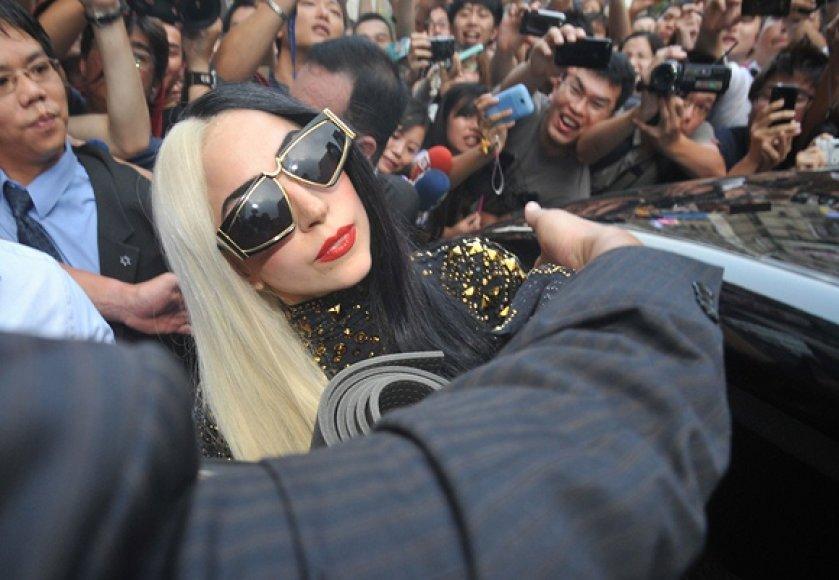 Lady Gaga sėda į automobilį išėjusi iš jogos centro Taivane