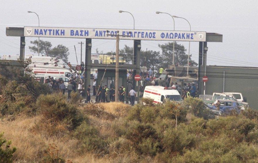 Greitosios pagalbos automobiliai prie įvažiavimo į karinę jūrų bazę