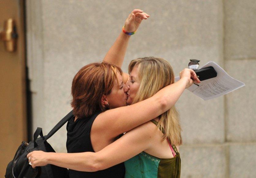 Susituokusių lesbiečių poros bučinys