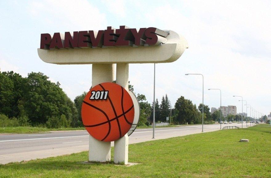 Panevėžio miesto ženklas papuoštas krepšinio kamuoliu