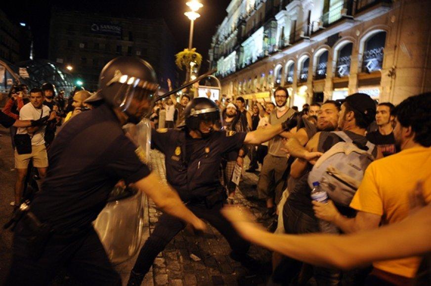 Protestuotojų ir policininkų susirėmimas