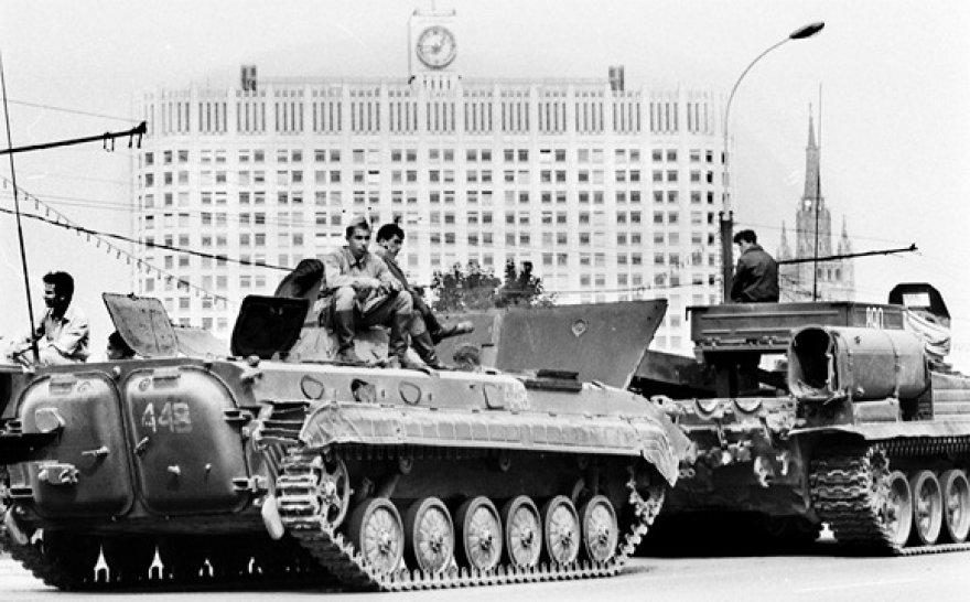 1991 metų rugpjūčio 19-ąją tankai stovėjo priešais Rusijos Baltuosius rūmus.