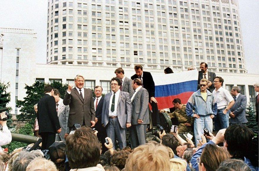 Prie Rusijos Baltūjų rūmų ant tanko užsilipęs Borisas Jelcinas sako kalbą (1991 m. rugpjūčio 19 d.).