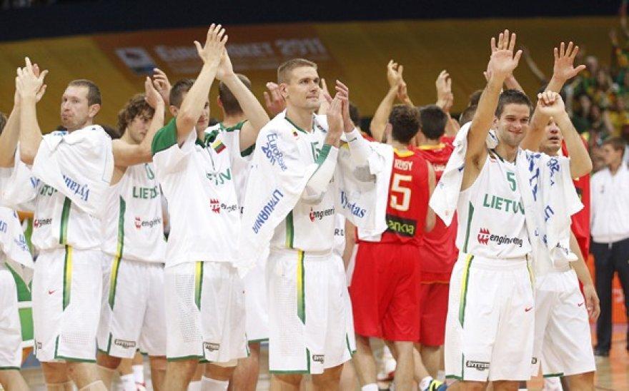 Lietuvos krepšininkai dėkoja sirgaliams po rungtynių su Ispanijos rinktine.