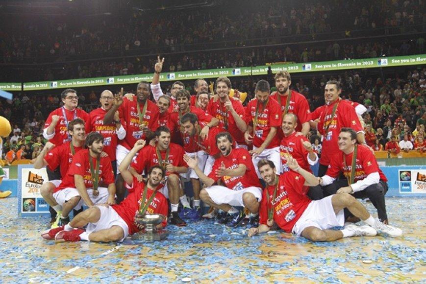Ispanijos krepšinio rinktinė džiaugiasi pergale.