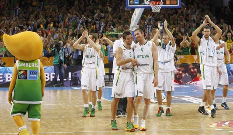 Lietuvos krepšininkai džiaugiasi nugalėję Graikijos komandą.