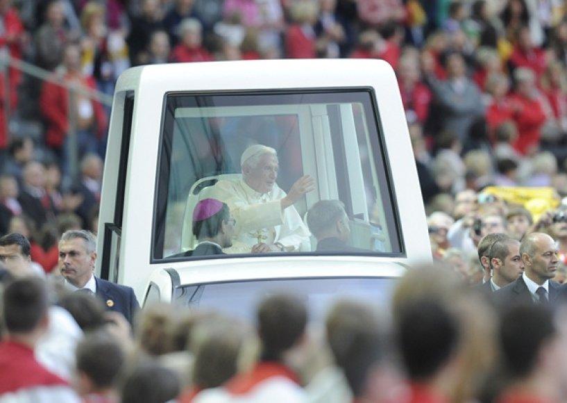 Popiežius Benediktas XVI papamobilyje