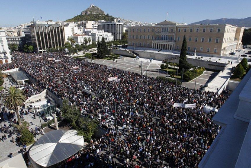 Daugybė žmonių Atėnuose susirinko prie Graikijos parlamento