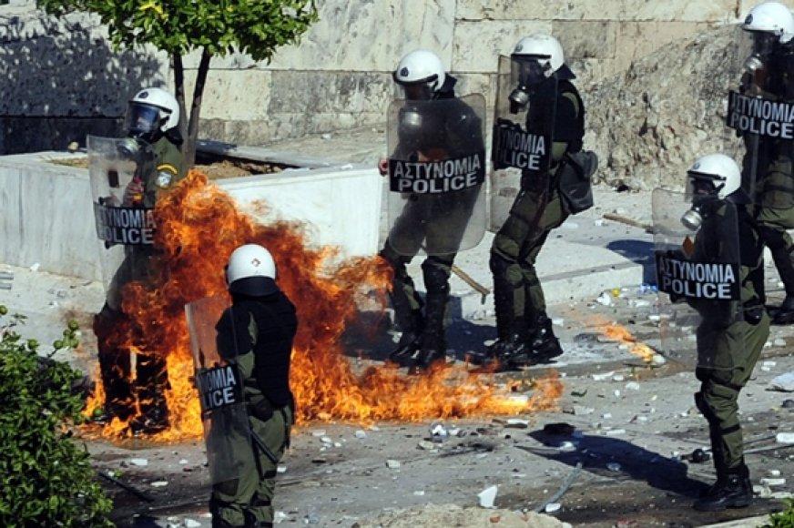 Protestuotojai į Graikijos policininkus svaidė molotovo kokteilius