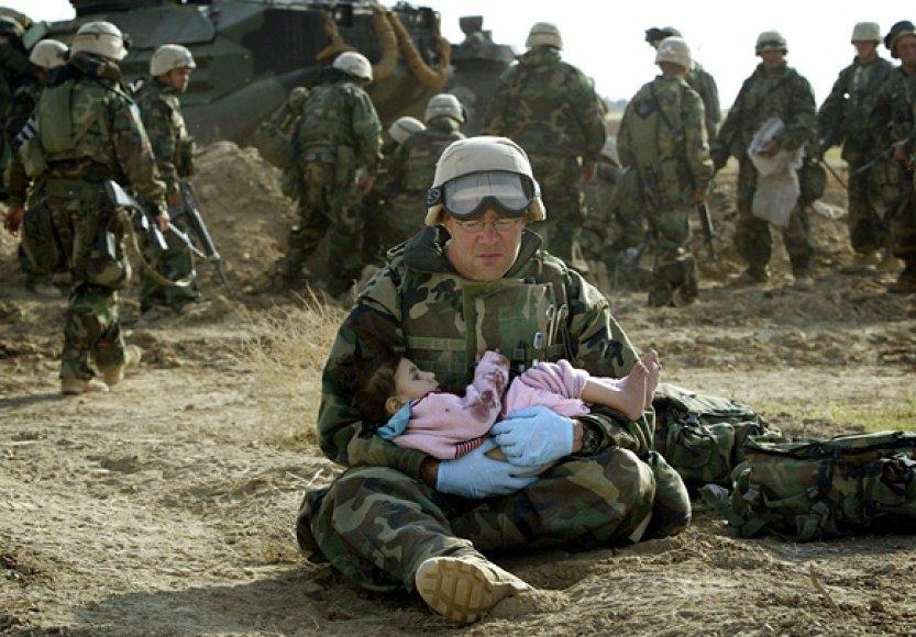 JAV karys laiko irakiečių vaiką.
